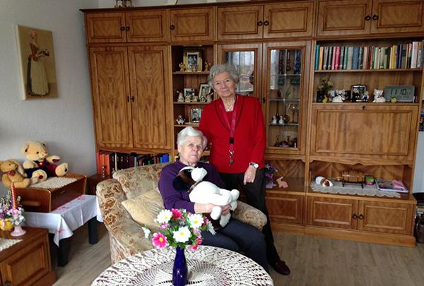 Zwei Damen im Wohnzimmer