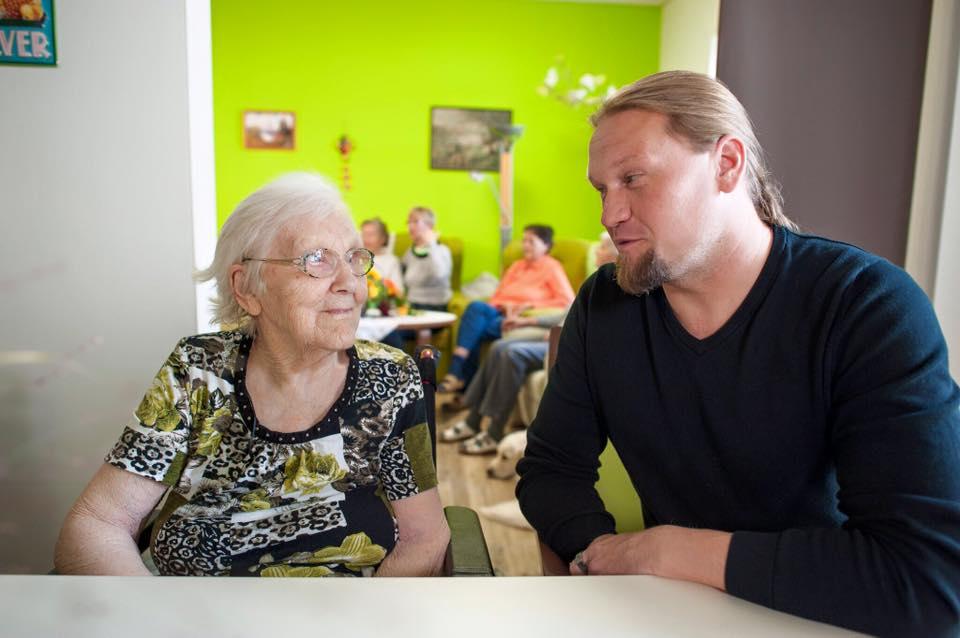 Betreuungskraft mit Seniorin