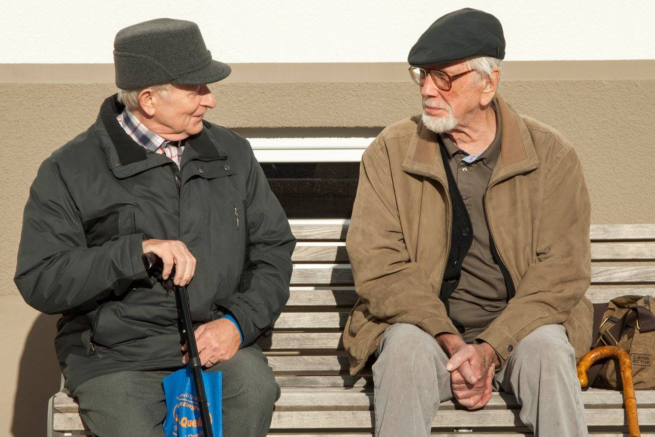 Ein älteres Paar auf einer Bank