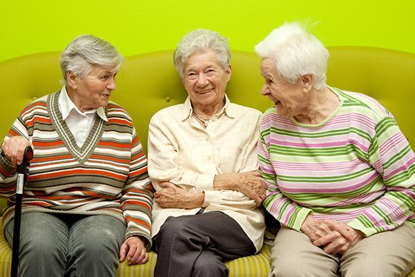 Drei Seniorinnen in der Senioren-WG