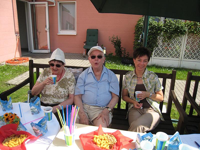 Senioren beim Kaffee im Garten